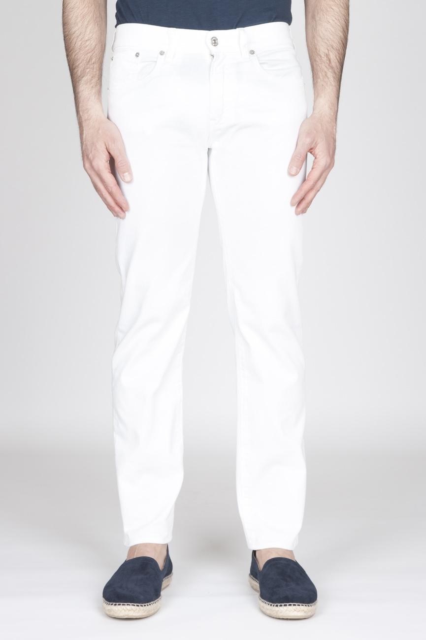 白い過酷なストレッチブルデニムジーンズ