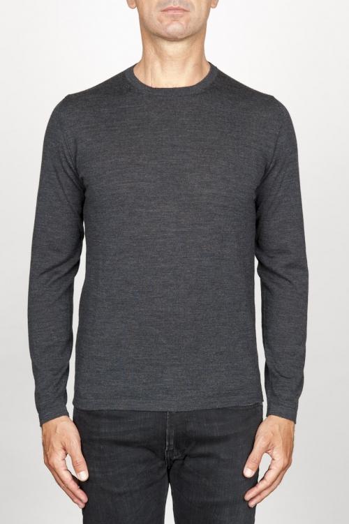 灰色メリノウールのクラシッククルーネックセーター