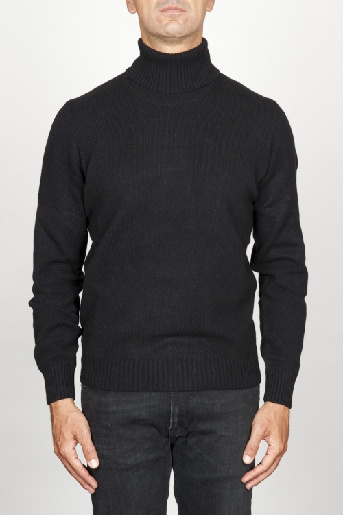 ブラックカシミアのクラシックなタートルネックのセーター