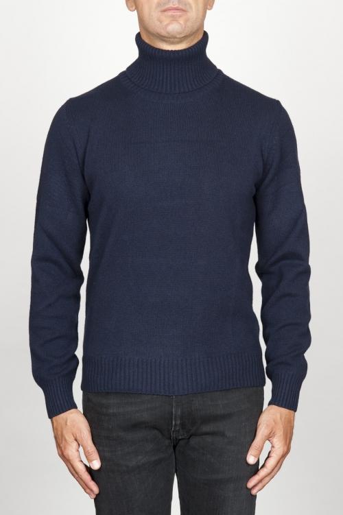 ブルーカシミアのクラシックなタートルネックのセーター