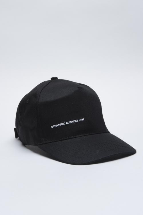 Clásica gorra negra de beisbol con visera