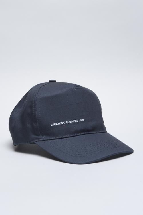 Clásica gorra azul de beisbol con visera