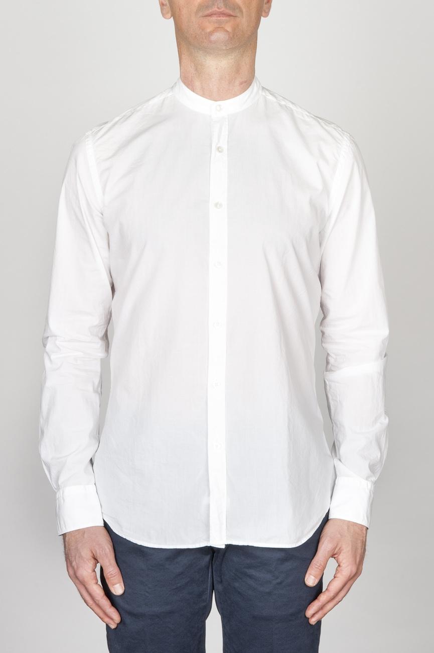 古典的なマンダリンカラーの白い超軽量のコットンシャツ
