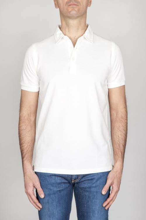 古典的な半袖の石が白いピケのポロシャツを洗った