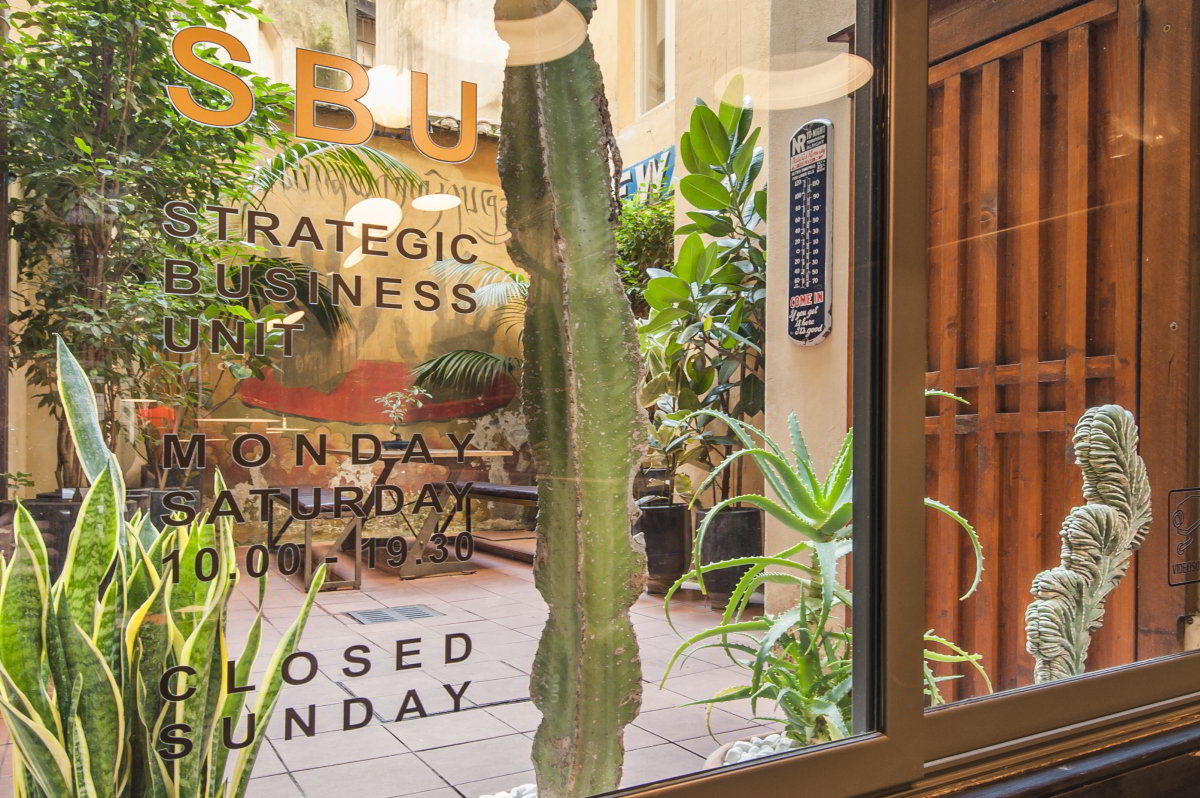 SBU Strategic Business Unit | Via San Pantaleo 68-69 | Roma | Italia | Interno negozio | Cortile giardino